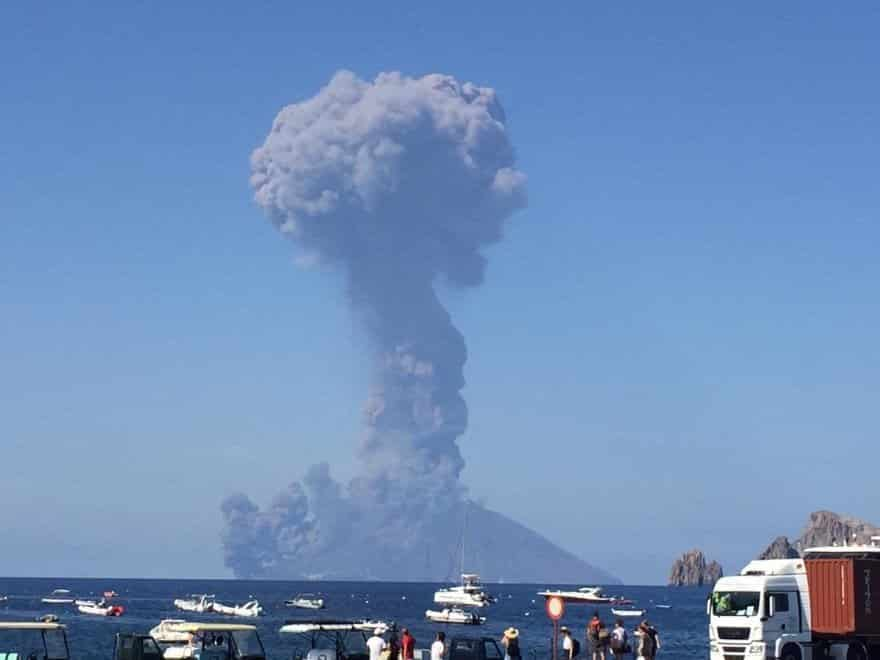 Explosión del volcán Estromboli, en Italia, causó pánico entre pobladores y turistas. Foto: Twitter.