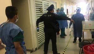 Hombre con COVID-19 intenta arrojarse de una azotea