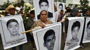 López se reúne con padre de los 43 normalistas desaparecidos de Ayotzinapa