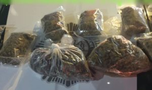 Detienen a 3 hombres en la colonia Morelos con 5 kilos de marihuana