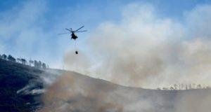 helicópteros combaten incendio en Arteaga