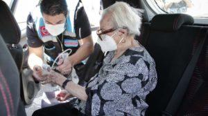 Mujer de 100 años recibe vacuna contra COVID-19 en Jalisco