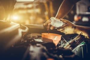Cómo se cambia el aceite de un auto