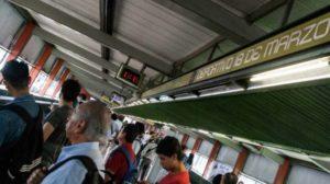 Policías impiden que mujer se arrojara a las vías del Metro