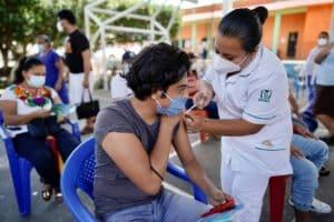 IMSS llama a población a vacunarse contra COVID-19