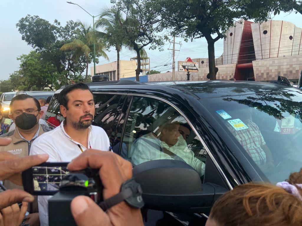 Manifestantes detienen camioneta de López