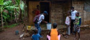 UNICEF/Haiti En esta foto tomada antes del terremoto, un equipo de UNICEF visita a una familiaen de Banbou nwa, un pequeño pueblo de Dame-Marie situado en el departamento de Grand'Anse, en Haití, para enseñarles a protegerse del COVID-19.